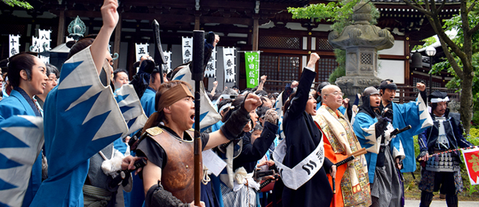 Photo: Winners of the Shinsengumi impersonation contest rally their troops for the parade