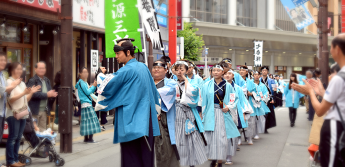 Photo: This year's Inoue Genzaburo posing for spectators as he leads the Sixth Corps